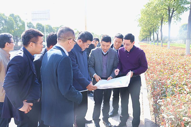 图二:朱万奎同志一行实地察看还建房项目选址_副本.jpg